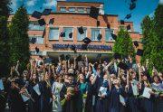 Trejus metus siektas diplomas – jau Verslo vadybos fakulteto nuolatinių studijų programų absolventų rankose!